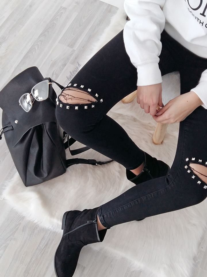 BLACK KNEE STUDS RIPPED JEANS
