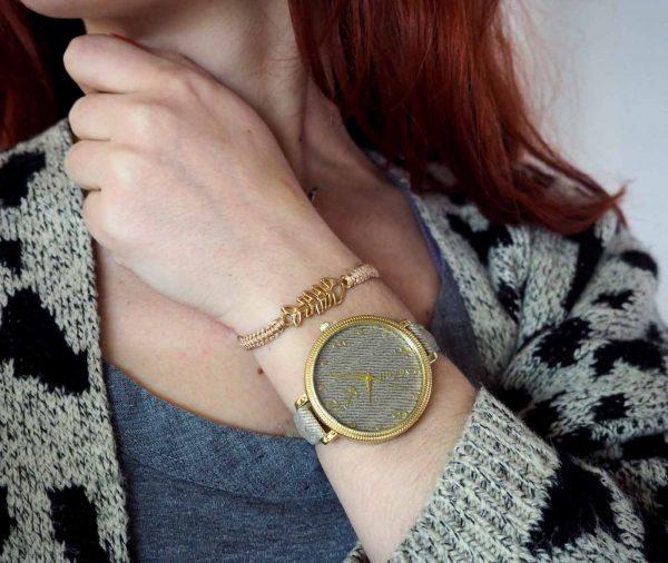 SET-20003-1 Σετ Ρολόι με λεπτό λουράκι Τζιν στο Χρώμα της Άμμου και βραχιόλι Μπεζ με Χρυσό Ψαροκόκκαλο